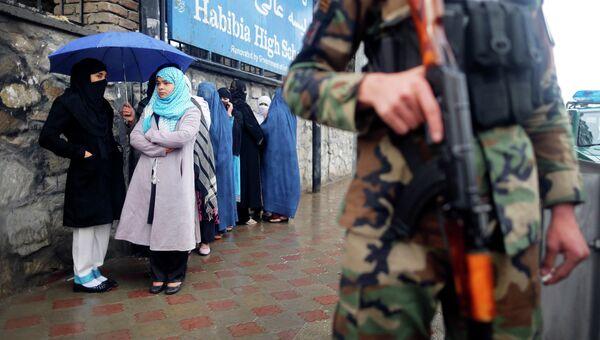 У избирательного участка во время выборов президента Афганистана
