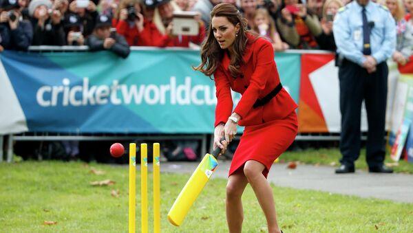 Герцогиня Кембриджская Кэтрин играет в крикет перед началом мемориальной службы по жертвам землетрясения в новозеландском Крайстчерче. Архивное фото
