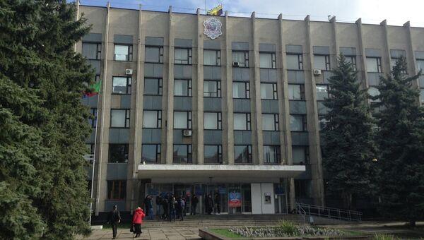Здание горсовета Горловки с флагом Донецкой народной республики. Архивное фото