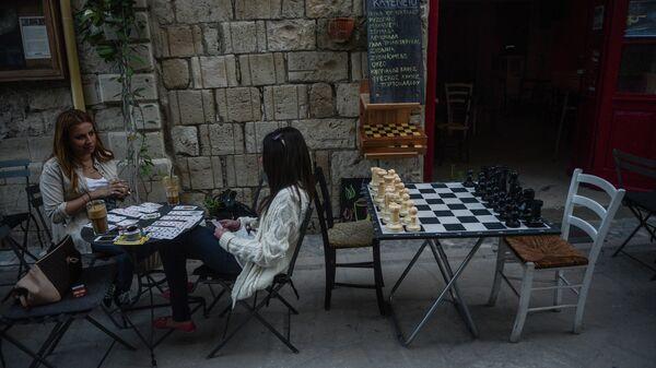 Девушки в кафе в городе Лимасол. Кипр. Архивное фото