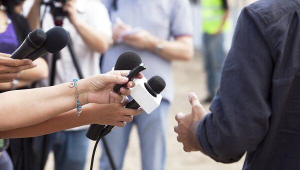 Корреспонденты во время интервью, архивное фото