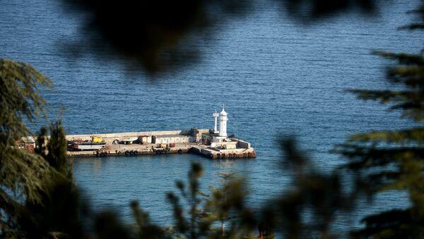 Маяк у пассажирского порта в Ялте. Архивное фото