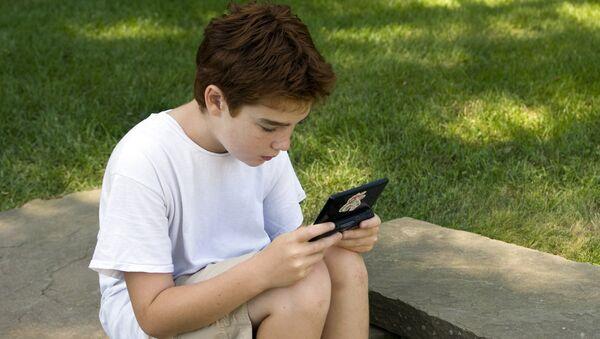 Мальчик с игровой консолью