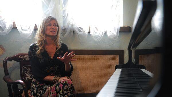 Певица Вика Цыганова в своем загородном доме в деревне Мышецкое Тверской области