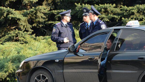 Сотрудники милиции у здания областной государственной администрации города Донецка