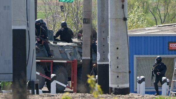 Украинские военнослужащие на БТРе в окрестностях Славянска