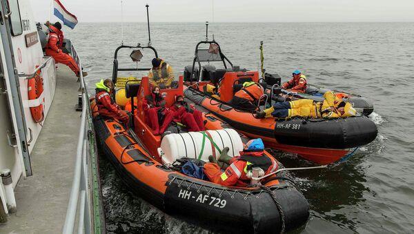 Активисты организации Greenpeace ждут российский танкер