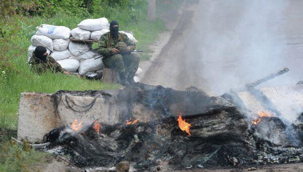 Представитель сил самообороны Славянска на одном из блокпостов при въезде в город