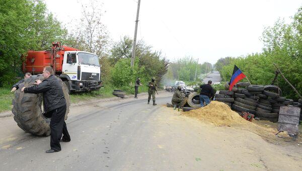 Силы самообороны Славянска на одном из блокпостов при въезде в Славянск готовятся к штурму
