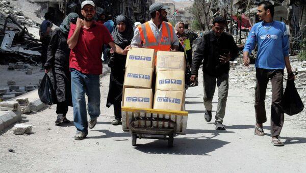 Жители Сирии везут гуманитарную помощь