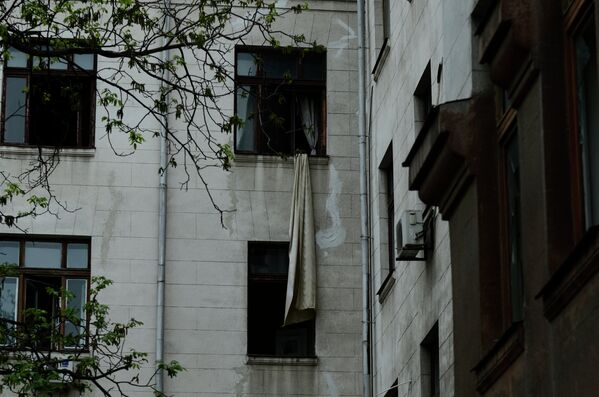 Штора, свисающая из окна Дома профсоюзов, на площади Куликово поле в Одессе