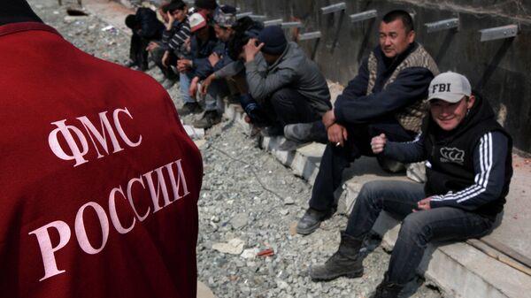 Иностранные рабочие во время рейда по выявлению нелегальных мигрантов. Архивное фото