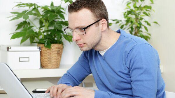 Журналист работает за компьютером. Архивное фото