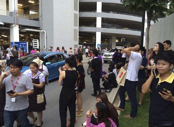 Эвакуированные из здания люди во время землетрясения в Таиланде