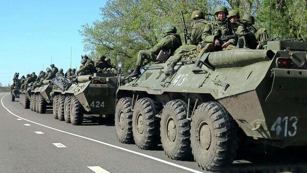 Колонна российских БТР на окраине города Белгорода недалеко от российско-украинской границы 25 апреля 2014