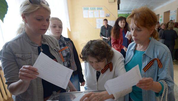Голосование на референдуме на избирательном участке в Донецке