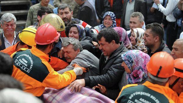 Эвакуация пострадавших при обрушении шахты в Турции