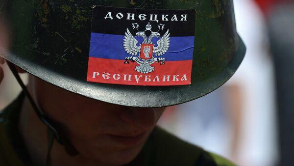 Человек в каске с флагом ДНР в Донецке, архивное фото