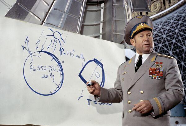 Летчик-космонавт СССР Алексей Леонов в павильоне Космос на ВДНХ СССР