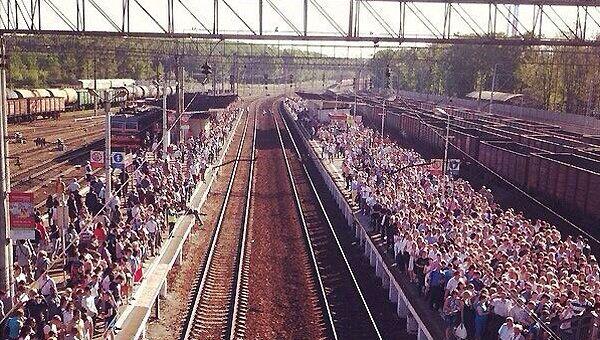 Столпотворение на платформе Солнечная, недалеко от перегона Бекасов-Нара, где грузовой поезд столкнулся с пассажирским составом