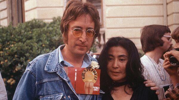 Джон Леннон и его жена Йоко Оно во время Каннского кинофестиваля, 18 мая 1971 год