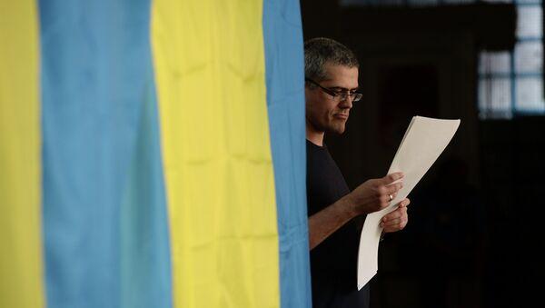 Избиратель во время голосования на выборах на Украине, архивное фото