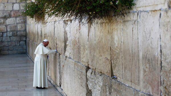 Папа Римский Франциск у стены у Стены Плача в Иерусалиме