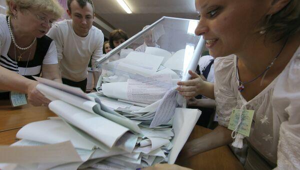 Подсчет голосов на выборах на Украине. Архивное фото
