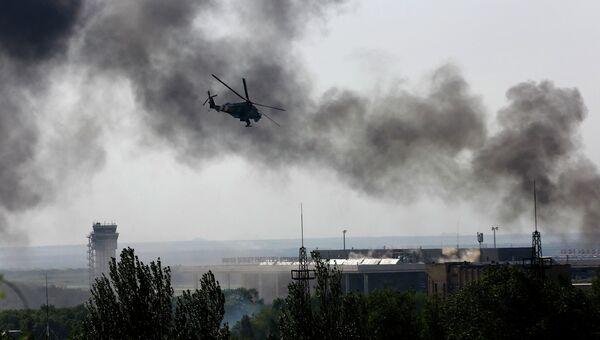 Украинский боевой вертолет Ми-24 над международным аэропортом Донецка 26 мая 2014
