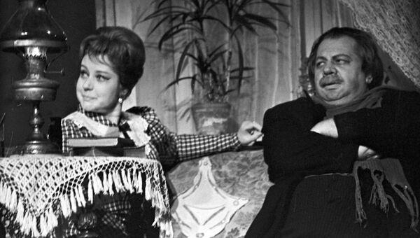 Артисты Людмила Макарова и Павел Панков в сцене из спектакля Мещане