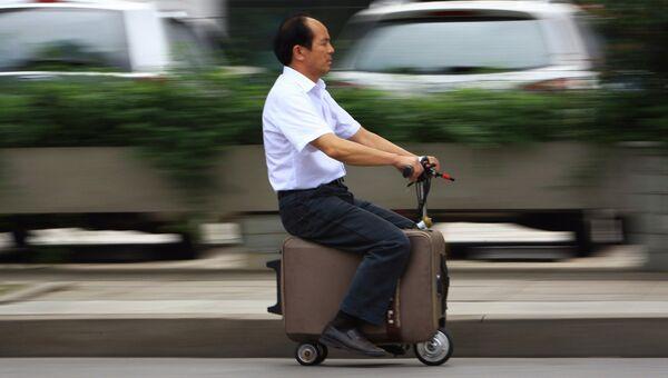 Китайский фермер на скутере-чемодане
