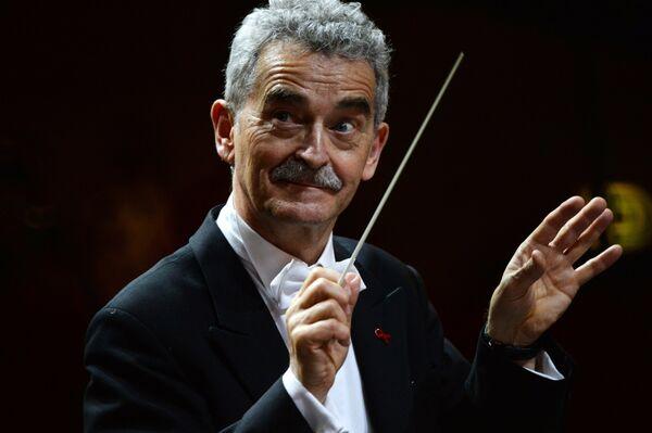Главный дирижер Венской государственой оперы Альфред Эшве выступает на Благотворительном Венском Балу в Гостином дворе в Москве