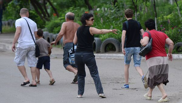 Жители покидают свои дома в микрорайоне Мирный на окраине Луганска