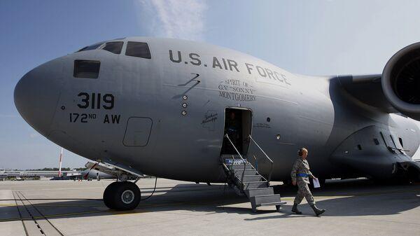 Американский военный грузовой самолет на авиабазе Рамштайн в Германии