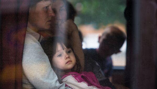 Родители с детьми в автобусе, который вывозит их из города Славянска. Архивное фото