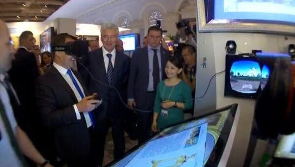 Медведев совершил  3D-прогулку по Тобольскому кремлю на выставке в Москве