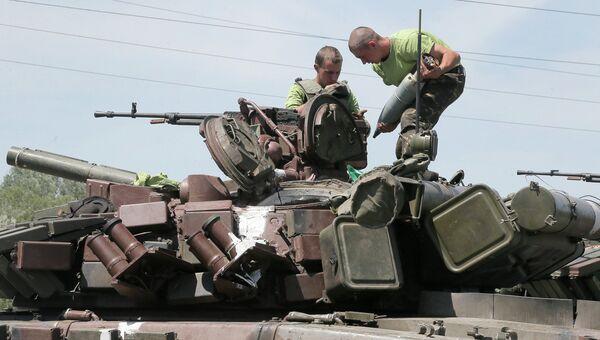 Военнослужащие украинской армии на броне танка