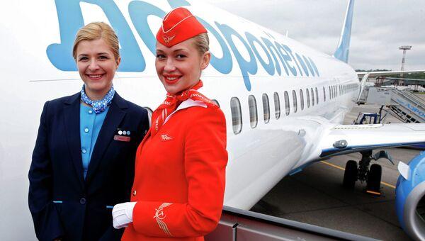 Сотрудницы компании Аэрофлот на трапе у лайнера компании Добролет в аэропорту Шереметьево