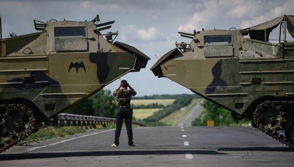 Боец ополчения Луганской народной республики на окраине Луганска