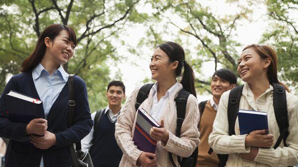 Группа китайских студентов в кампусе