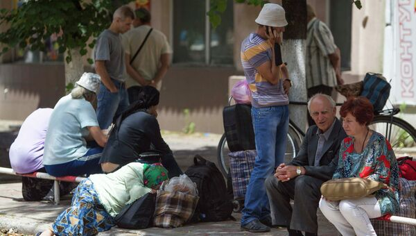 Жители Славянска ждут автобус, чтобы покинуть Украину