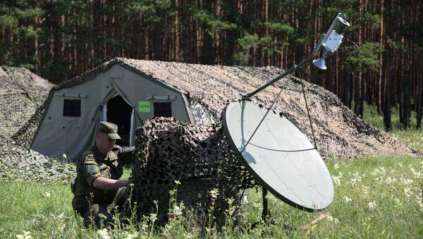 Военнослужащий занимается наладкой связи со штабами подразделений. Архивное фото