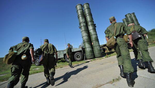 Зенитный ракетный полк возле пусковой установки комплекса С-400 Триумф
