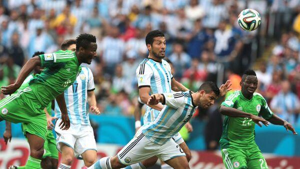 Игроки сборных Нигерии и Аргентины в матче группового этапа чемпионата мира по футболу 2014