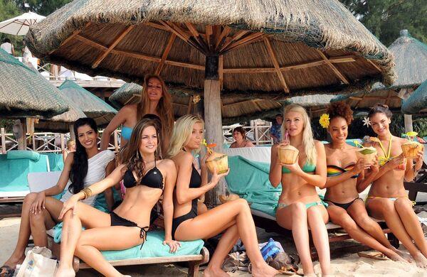 Участницы конкурса Мисс Мира-2010 на пляже на юге Китая