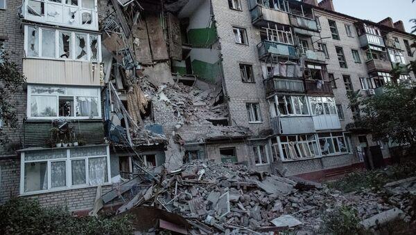 Последствия артиллерийского обстрела украинскими военными Славянска. Архивное фото