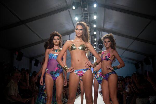 Модели в купальниках во время Mercedes-Benz Fashion Week Swim в Майами, 2013 год