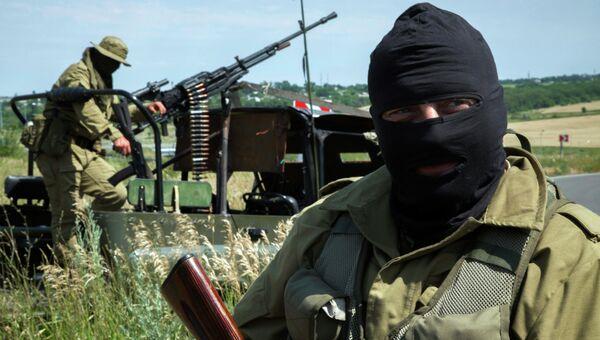 Бойцы народного ополчения на позиции под Луганском