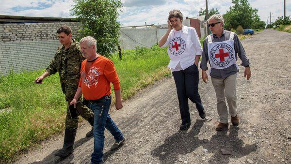 Работники миссии Красного креста. Архивное фото