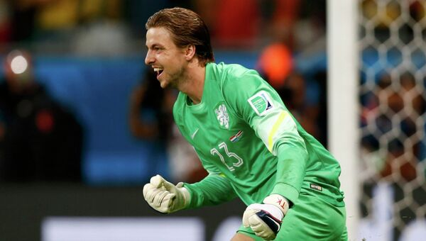 Вратарь сборной Нидерландов Тим Крул празднует выигранную серию пенальти в мачте с Коста-Рикой